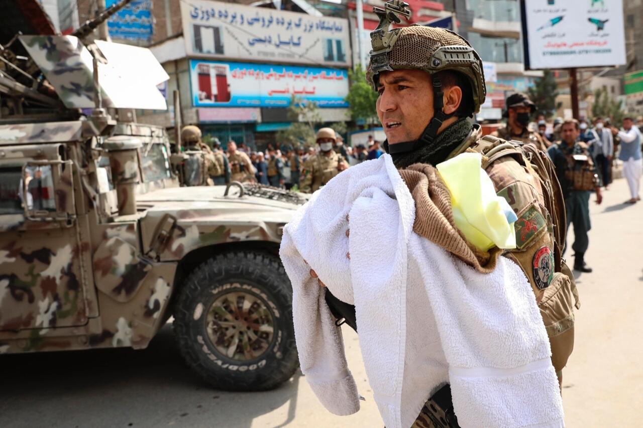 Un soldado afgano traslada a un bebé en el lugar de un ataque en el hospital MSF (Médicos sin Fronteras), en Kabul, Afganistán, el 12 de mayo de 2020.