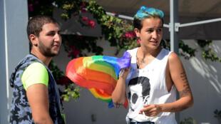 Le vice-président de l'association Shams, Ahmed Ben Amor, et l'ancienne Femen tunisienne Amina Sboui, le 3 octobre 2015, à Tunis.
