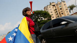 Una manifestante participa en una protesta contra el gobierno del presidente venezolano Nicolás Maduro en Caracas, Venezuela, el 10 de abril de 2019.