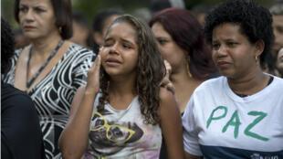 Familiares y amigos en el funeral de Marcos Vinicius da Silva, de 14 años, abatido a tiros durante una operación policial en la favela Mare, en Río de Janeiro, Brasil, el 21 de junio de 2018.