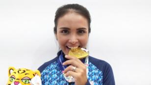 La deportista boliviana María José Vargas que juega por Argentina en los Juegos Suramericanos de Cochabamba muerde el oro en Bolivia.