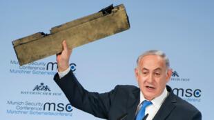 Le Premier ministre israélien, Benjamin Netanyahou, brandit un morceau de drone à Munich, le 18 février 2018.