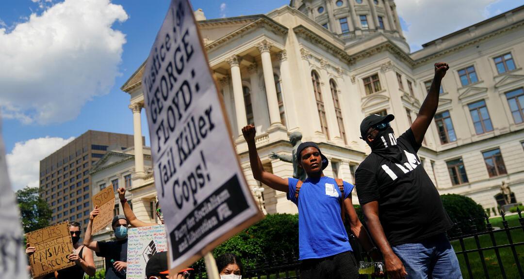 Manifestantes contra la desigualdad racial y la muerte de Rayshard Brooks, en Atlanta, Georgia, Estados Unidos, el 13 de junio de 2020.