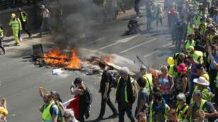 اشتباكات بين محتجي السترات الصفراء وعناصر الشرطة الفرنسية