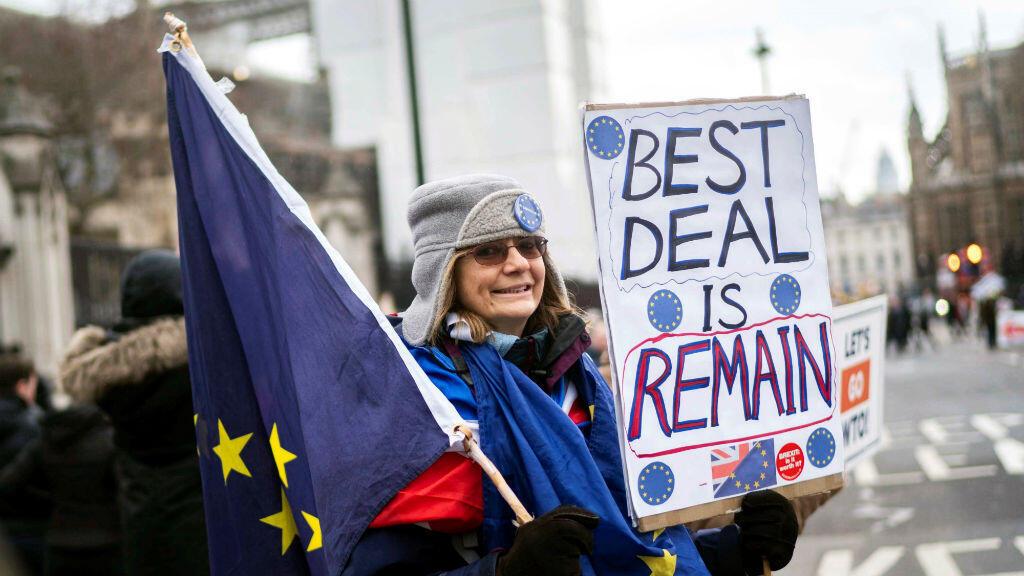 Una manifestante en contra del Brexit protesta en el exterior del Parlamento, el 29 de enero de 2019 en Londres, Reino Unido.