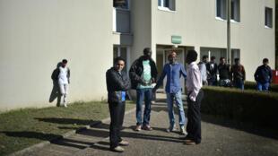 Des migrants dans un centre d'accueil et d'orientation (CAO) à Doue-la-Fontaine, en octobre 2016.