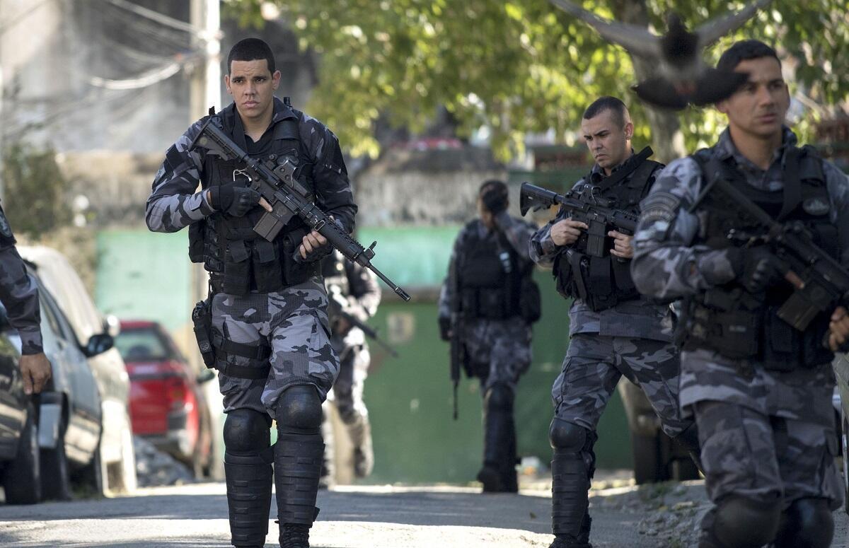 Des membres de la police militraire brésilienne patrouillent dans la favela de Mangueira, le 17 juillet 2017.