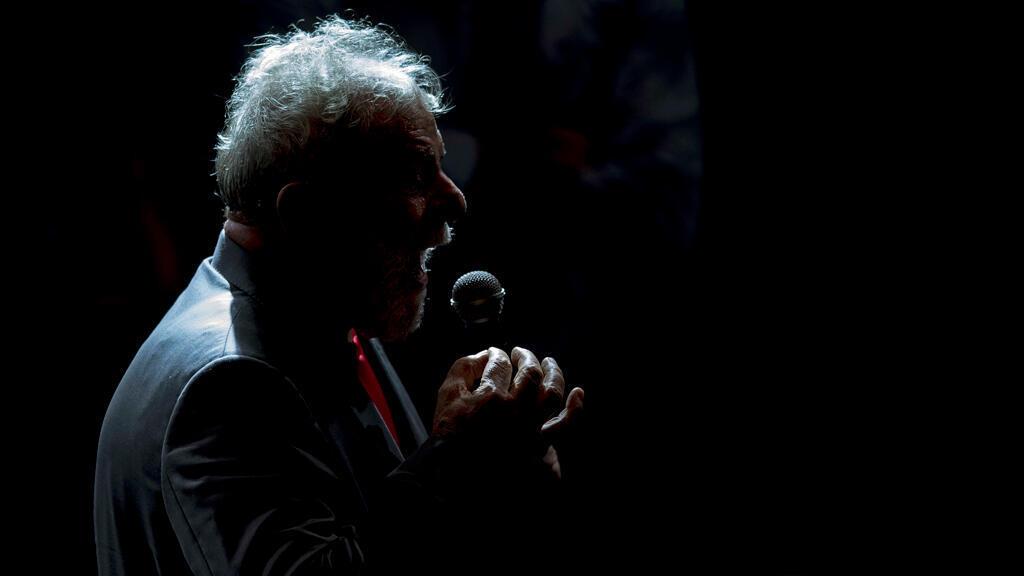 En esta foto de archivo tomada el 2 de abril de 2018, el expresidente brasileño (2003-2011) Luiz Inácio Lula da Silva habla durante una concentración de partidos de izquierda brasileños en el Circo Voador en Río de Janeiro, Brasil.