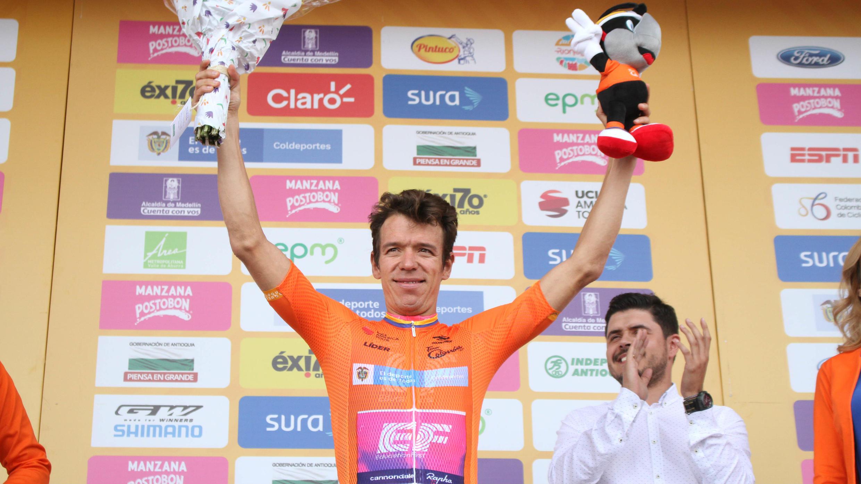 El ciclista colombiano Rigoberto Urán (Education First) en el podio con la camiseta naranja que lo acredita nuevamente como líder del Tour Colombia 2.1, en Llanogrande, Antioquia, Colombia, el 14 de febrero de 2019.