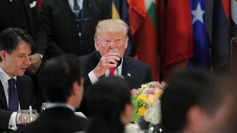 El presidente estadounidense, Donald Trump, toma Diet Coke de su copa después de un brindis mientras se sienta junto al primer ministro italiano Giuseppe Conte durante un almuerzo para líderes mundiales en la 73ª sesión de la Asamblea General de las Naciones Unidas en Nueva York, EE. UU., 25 de septiembre de 2018.