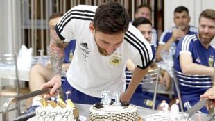 Imagen facilitada por la AFA del jugador de la selección argentina, Lionel Messi, celebrando su cumpleaños en la concentración del combinado argentino en la localidad rusa de Bronnitsy.