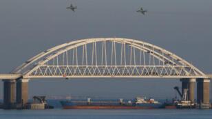 روسيا استعملت باخرة ضخمة في مضيق كيرتش لقطع الطريق على البحرية الأوكرانية