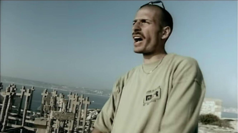 """Akhenaton dans le clip """"Nés sous la même étoile"""" d'IAM en 1997."""