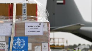 صورة من الارشيف لاطنان من المعدات الطبية من منظمة الصحة ارسلت لايران في طائرة عسكرية اماراتية من دبي في 2 آذار/مارس 2020