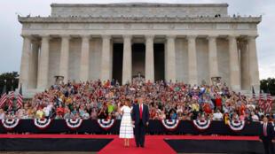 El presidente Donald Trump, saluda a la multitud junto a la primera dama Melania durante las celebraciones del Día de la Independencia en Washington D. C., Estados Unidos, el 4 de julio de 2019.