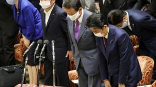 El primer ministro japonés Shinzo Abe (derecha) y el ministro de Finanzas Taro Aso (centro) en el Parlamento japonés en Tokio, el 10 de junio de 2020