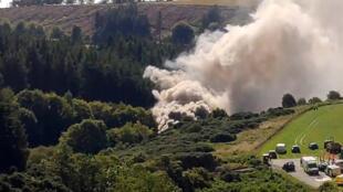 Una imagen fija tomada de un video muestra humo saliendo de la escena de un accidente de tren cerca de Stonehaven en el noreste de Escocia el 12 de agosto de 2020.