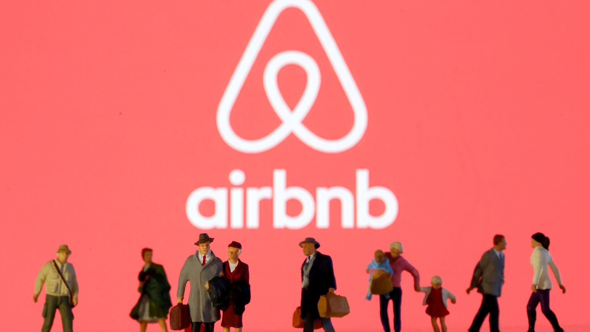 Pequeñas figuras de juguete se ven frente al logotipo de Airbnb en esta ilustración tomada el 19 de marzo de 2020.
