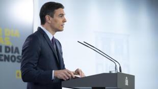 صورة نشرتها الحكومة الإسبانية تظهر رئيس الحكومة بيدرو سانشيز أثناء مؤتمر صحافي في قصر لا منكلوا، مدريد، 16 أيار/مايو 2020