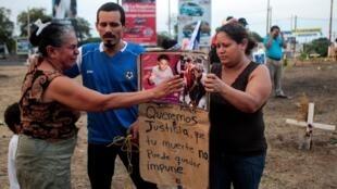 Familiar de Jesner Riva, muerto durante recientes protestas contra las reformas en las pensiones, llora durante una protesta contra el gobierno de Daniel Ortega, el 7 de mayo de 2018 en Managua.