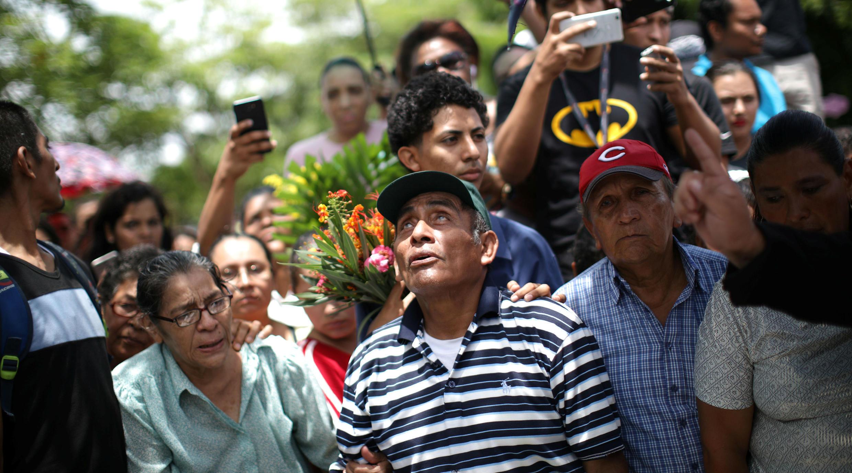 Familiares de Teyler Leonardo, el menor de 14 meses que perdió la vida por un impacto de bala, le dan el último adiós. Managua. 24 de Junio de 2018.