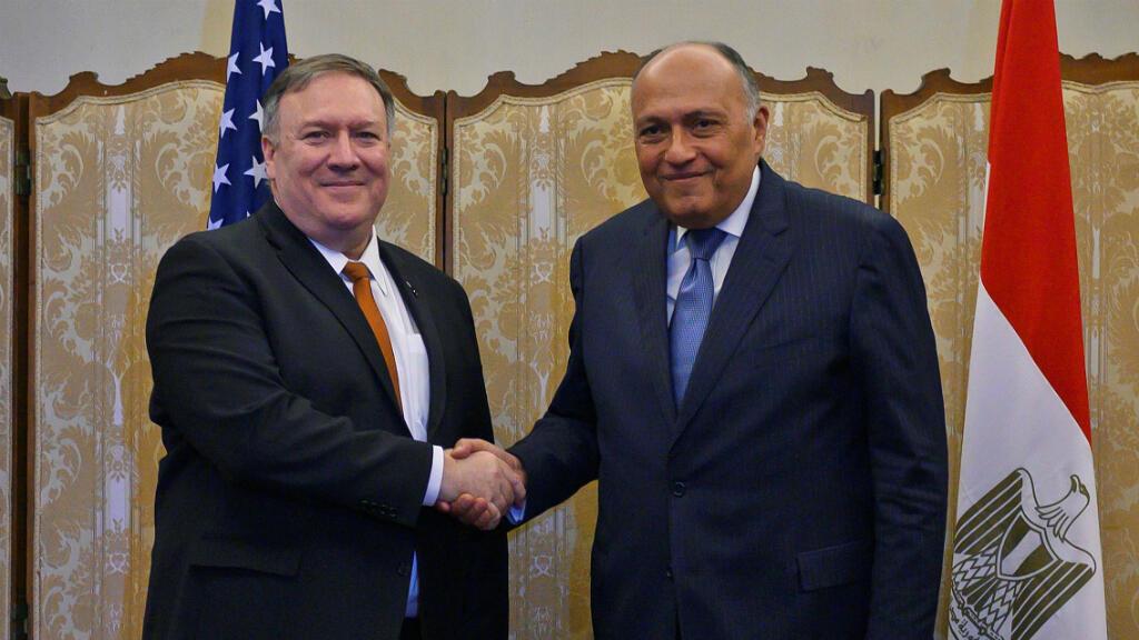 El secretario de Estado de EE. UU., Mike Pompeo, saluda a su homólogo egipcio, Sameh Shukri, luego de su reunión en el ministerio de asuntos exteriores en El Cairo, Egipto, el 10 de enero de 2019.