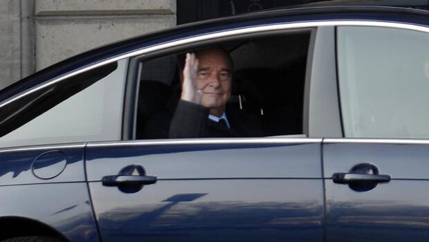 El expresidente francés Jacques Chirac saluda desde su auto el 6 de marzo de 2011 en París.