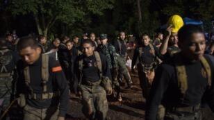 Des soldats thaïlandais à proximité de la grotte où les enfants sont coincées, vendredi 6 juillet 2018.