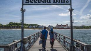 Dos personas caminan por un embarcadero en la localidad costera de Binz, en la isla de Rügen, el 21 de mayo de 2020 al noreste de Alemania