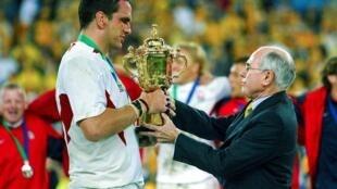 Le 22 novembre 2003 à Sydney, le Premier ministre australien John Howard remetle trophée Webb Ellis au capitaine de l'Angleterre, Martin Johnson, après la victoire de son équipe en finale sur l'Australie 20 à 17
