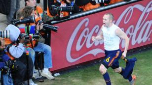 Le millieu de terrain espagnol Andres Iniesta célèbre son but décisif lors de la finale de la Coupe du monde de football, le 11 juillet 2010.