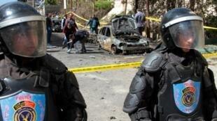 رجال شرطة مصريون في موقع الانفجار الذي وقع عند مرور موكب مدير أمن الاسكندرية (شمال مصر) اللواء مصطفى النمر في 24 آذار/مارس 2018