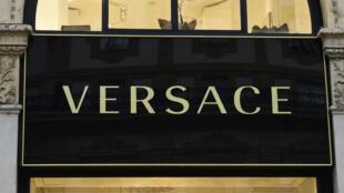 El gigante de la moda italiana Versace, fue vendida al grupo de moda estadounidense Michael Kors el 24 de septiembre de 2018. Este es el logo de una tienda en Milán. Imagen tomada en 2017.