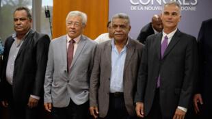 des membres du nouveau gouvernement calédonien, pour la première fois à majorité indépendantiste: de gauche à droite, Samuel Hnepeune de l'UC-FLNKS, Yannick Slamet et Louis Mapou de l'Uni-FLNKS, et Joseph Manaute, de Calédonie Ensemble, le 17 février 2021 à Nouméa