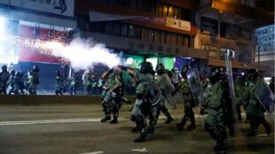 La police hongkongaise tire des gaz lacrymogènes pour disperser les milliers de manifestants descendus dans les rues, samedi 2 novembre 2019.