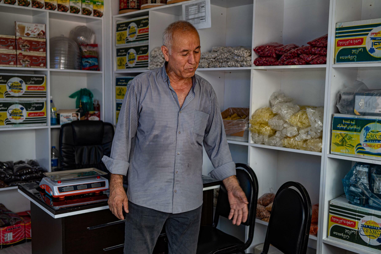 Habib Uzbek, de 69 años, propietario de una tienda de conveniencia, se convirtió en ciudadano turco en 1993, pero todavía siente la presión de Afganistán.