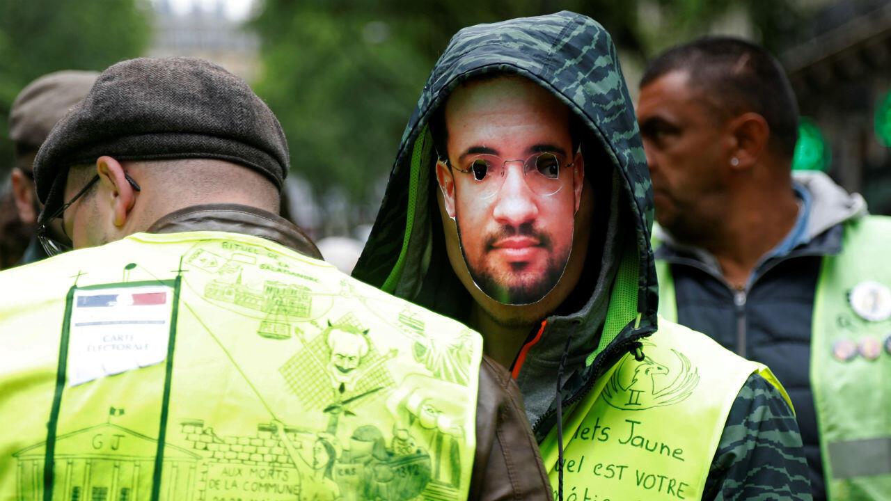 Un manifestante usa una máscara que representa al exfuncionario de seguridad, Alexandre Benalla, durante una manifestación de chalecos amarillos en París, Francia, el 4 de mayo de 2019.