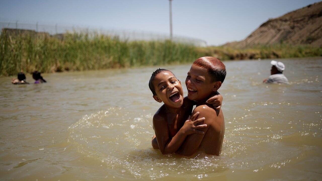 أطفال يسبحون خلال يوم حار في سيوداد خواريز، المكسيك في 15 يوليو/تموز 2020.