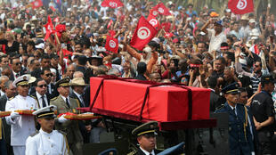 Oficiales escoltan el féretro del presidente de Túnez, Beji Caid Essebsi, entre sus seguidores en Túnez, este 27 de julio de 2019