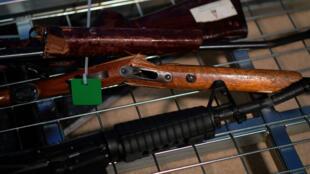 Esta foto tomada el 4 de julio de 2019 muestra ejemplos de armas en una vista previa de la prensa antes de un plan de recompra de armas en el hipódromo de Trentham en Upper Hutt, cerca de Wellington, Nueva Zelanda.