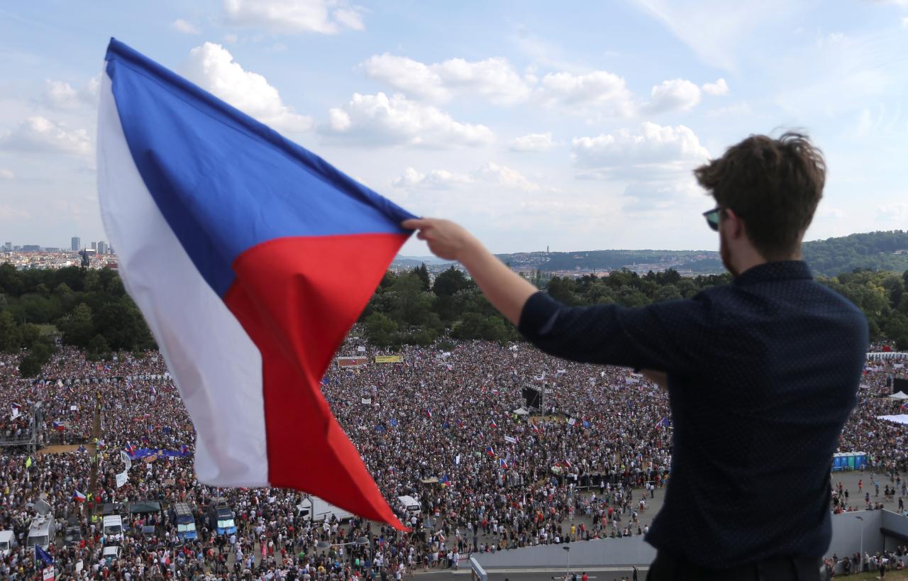 Un manifestante con la bandera de la República Checa en Praga. 24 de junio de 2019.