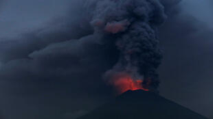 La luz de la lava caliente brilla intensamente durante una erupción del monte Agung visto desde Amed en Karangasem, Bali, Indonesia, el 27 de noviembre de 2017.