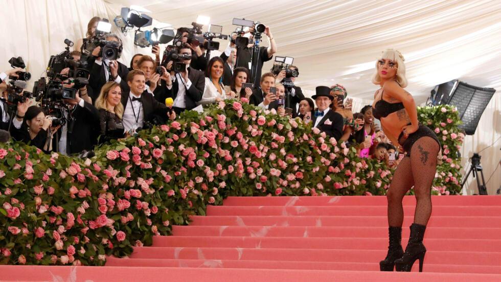 La cantante y actriz estadounidense Lady Gaga sorprendió a los asistentes del evento al quitarse su vestido. La editora de Vogue y gurú de la moda, Anna Wintour, elige cada año a unas 550 personalidades para que asistan al evento, la entrada ronda los 30.000 dólares y hay lista de espera. El dinero recaudado se destina al llamado Instituto de Indumentaria del museo, también conocido como el departamento de la moda.