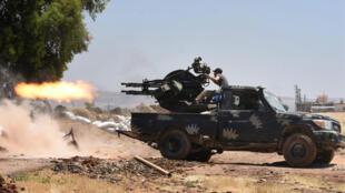 Soldados del régimen sirio disparan con una máquina pesada durante los enfrentamientos entre los yihadistas y las fuerzas progubernamentales en el área de Jabriya, en el lado norte de la provincia siria de Hama, el 28 de mayo de 2019.