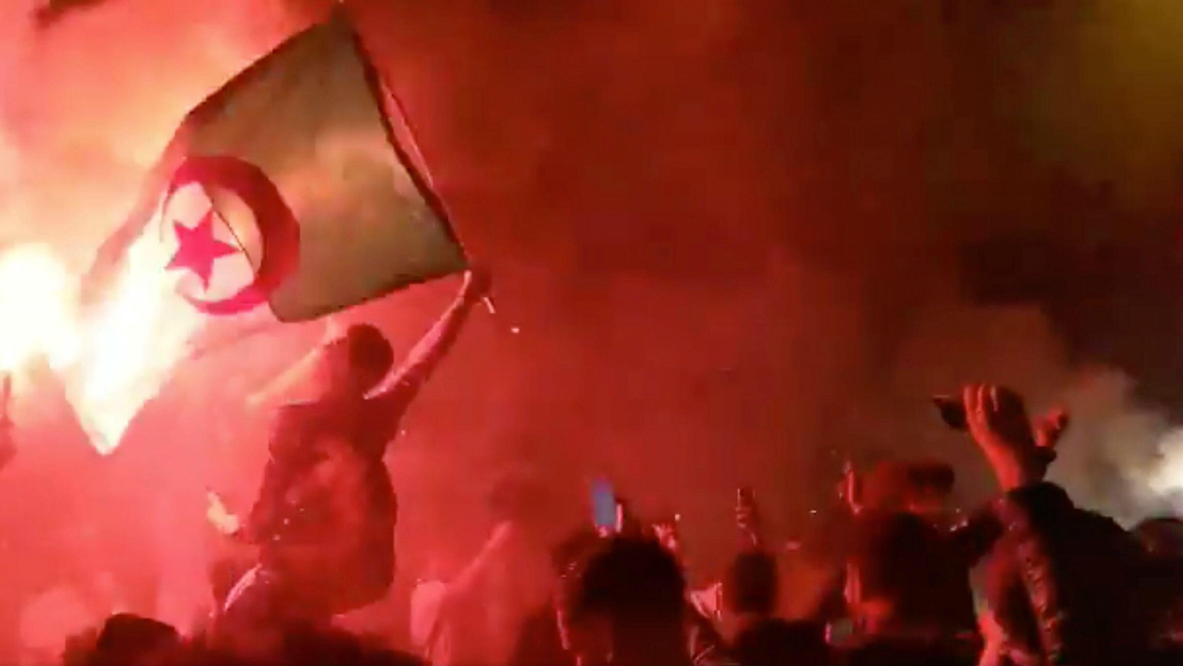 Se muestra una bandera argelina mientras los fanáticos celebran, luego de que Argelia ganó la Copa de África de Naciones, en Old Kent Road en Londres, Gran Bretaña, el 19 de julio de 2019, en esta imagen obtenida de las redes sociales.