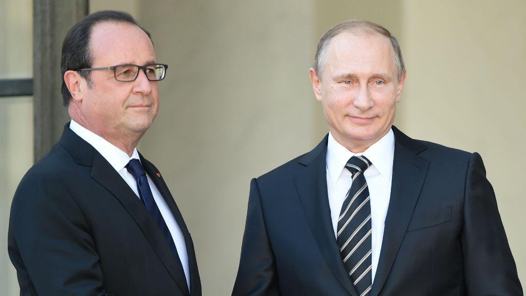 Poignée de main entre François Hollande et Vladimir Poutine sur le perron de l'Élysée, vendredi 2 octobre.