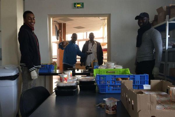 Cheick, avec sa casquette noire, est l'un des agents hôteliers chargé de superviser la distribution des repas au CHU.