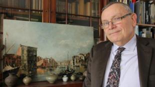 Alain Monteagle devant une copie d'un tableau de Francesco Guardi