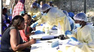 Las autoridades de la salud recopilan datos antes de administrar vacunas contra el ébola en el Centro de Salud Himbi en Goma, República Democrática del Congo, el 17 de julio de 2019.
