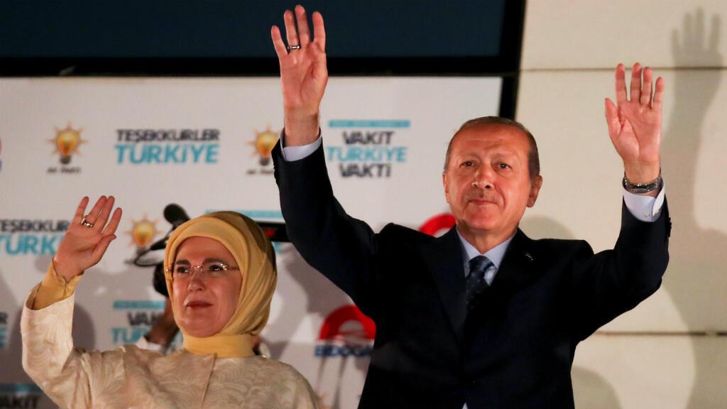El presidente de Turquía Recep Tayyip Erdogan celebra junto a su esposa la victoria en las presidenciales. Ankara, 25 de junio de 2018.